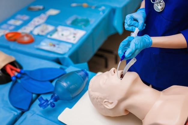 Введение эндотрахеальной трубки (этт) в трахею обеспечивает проходимость дыхательных путей. студентка-медик выполняет процедурный экзамен