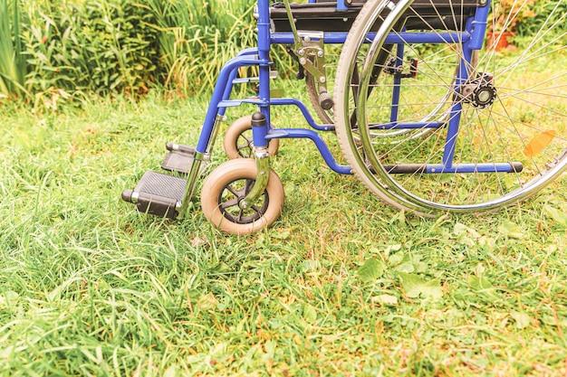 자연 속에서 야외 주차 된 장애인을위한 잘못된 의자