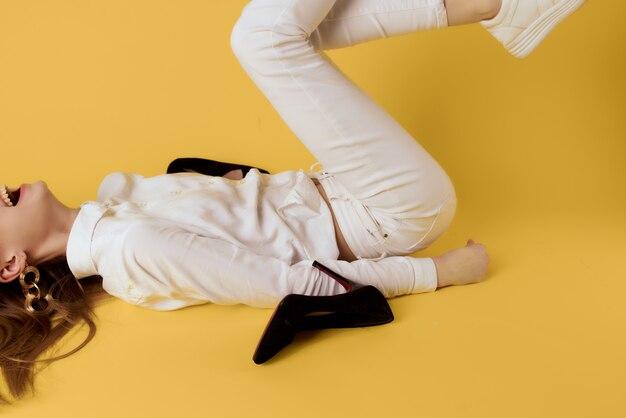 逆女性の足の靴のファッションモダンなスタイル