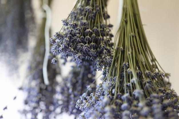 말린 꽃 개념의 장식 판매를 위해 말린 거꾸로 된 라벤더 부케