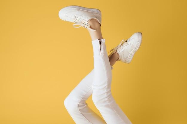 白いスニーカーの逆脚