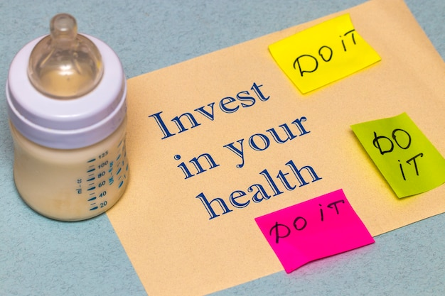 あなたの健康に投資する-青い背景の健康的なライフスタイルの概念