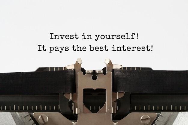 Инвестируйте в себя, это окупается с максимальным процентом текста, набранного на ретро-пишущей машинке.