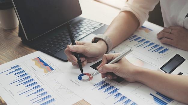 投資と協力の概念、オフィスミーティングでパフォーマンスデータについて分析するビジネス財務検査官。