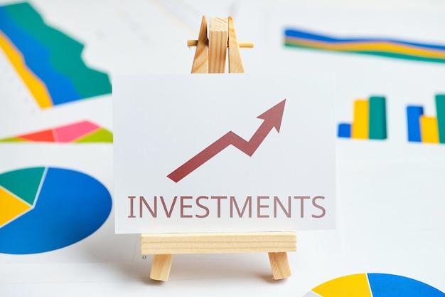 Концепция роста инвестиций с графиками и отчетами.