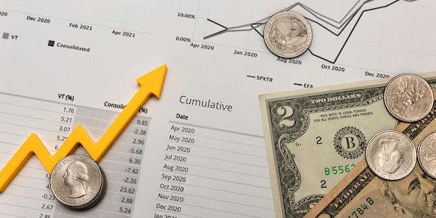 投資レポート、財務四半期レポート、四半期レポートの印刷されたシート上のお金と白い背景のグラフ、バナーまたは印刷用、テキスト用のスペース。
