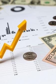 チャート上の投資家の収入の伸び上向き矢印投資レポート財務四半期レポートマネープリン...