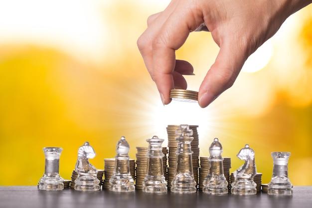 성장 돈을 위한 체스 게임과 함께 투자 금융 비즈니스 개념.