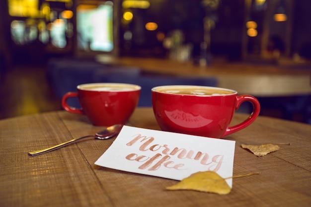 Бодрящий утренний кофе в кафе