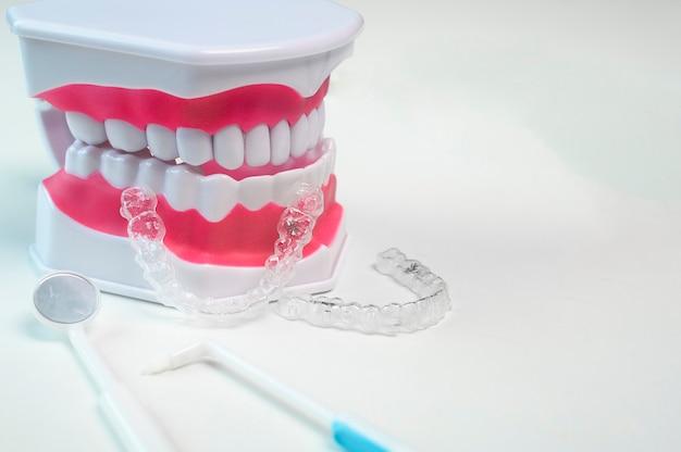 치과 치료, 치과 의료 및 교정 개념을 위한 invisalign 교정기와 도구.