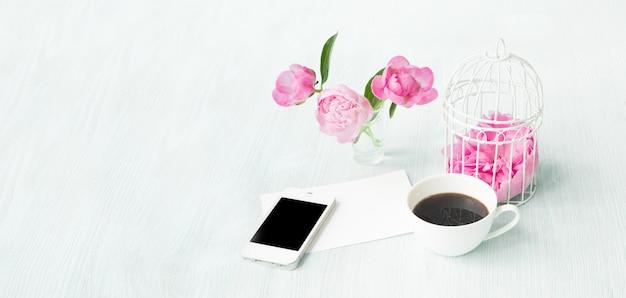 Шаблон пригласительного билета с пространством для текста и небольшой аромат кофейной чашки.