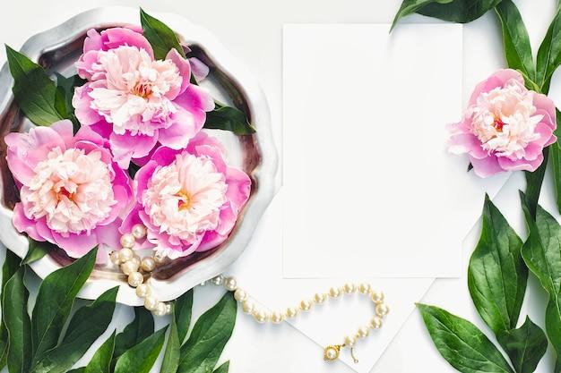 Пригласительный билет с цветами пионов и жемчужным ожерельем в серебряном подносе свадебные канцелярские товары