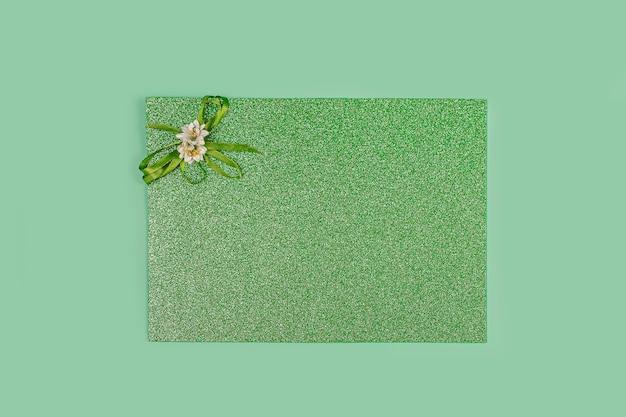 招待状グリーティングカード。緑の光沢のあるキラキラ