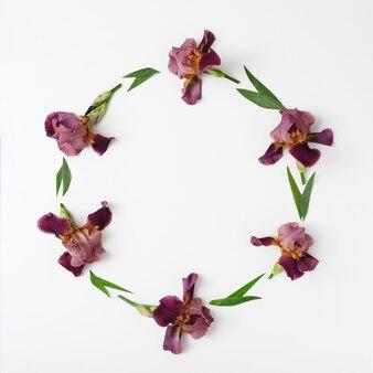 보라색 아이리스 꽃 장식이 있는 테두리와 화환이 있는 초대장