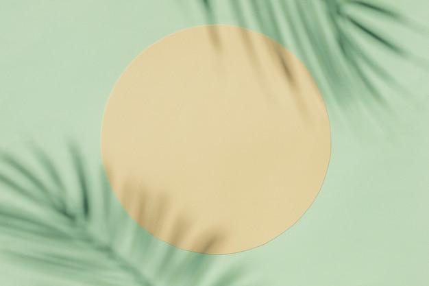 Приглашение с графическими силуэтами теней пальмовых ветвей в форме круга
