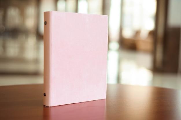 Приглашения, блокнот, блокнот ручной работы на деревянном столе.