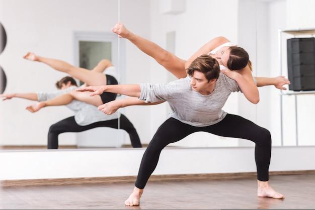 댄스에 참여했습니다. 여성 파트너를 안고 댄스 수업을하면서 춤에 집중하는 진지하게 잘 만들어진 전문 댄서