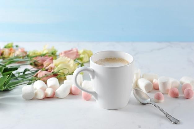 花とマシュマロとカプチーノinwhiteマグカップ