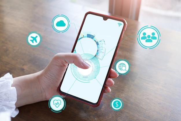 Iot 사물 인터넷 개발 개념, iot 개념을 보여주는 핸드 터치 스크린 스마트폰.