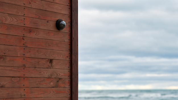 바다 경치를 배경으로 나무 벽에 홈 보안 시스템이 설치된 ip cctv 카메라