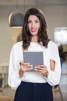Бизнес женщина, держащая ipad