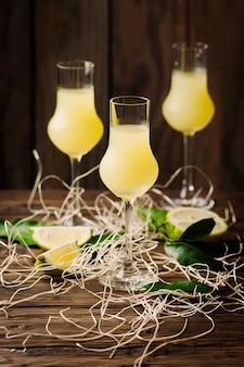 ヴィンテージのテーブルにレモンとイラルの伝統的なリキュール