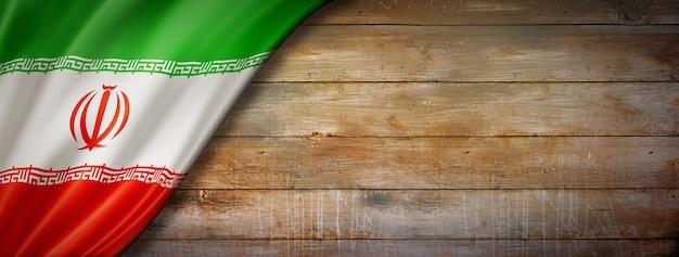 Флаг ирана на старинной деревянной стене
