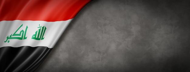 コンクリートの壁にイラクの国旗