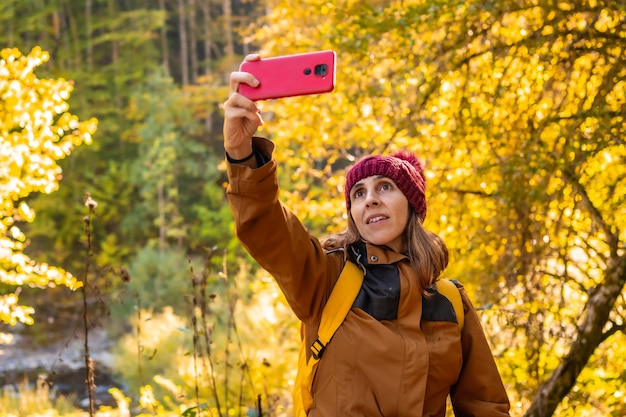 イラティジャングルや秋には、ライフスタイル、森で自分撮りをしている若いハイカー。オチャガビア、スペインのナバラ北部、セルバデイラティ