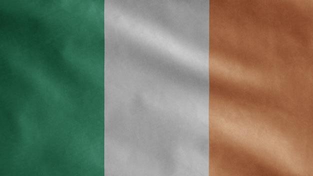 Флаг ирландии развевается на ветру. ирландский флаг, мягкий и гладкий шелк.