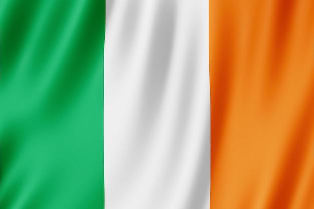 Флаг ирландии развевается на ветру.