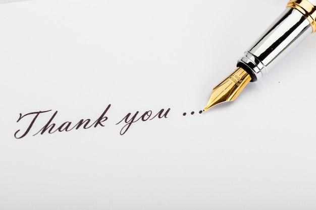 イリジウムポイント万年筆と碑文「ありがとう」