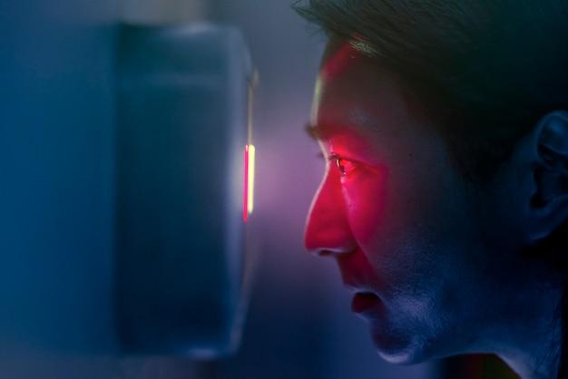 생체 인식을 사용하여 문을 잠금 해제하는 홍채 스캐너 남자