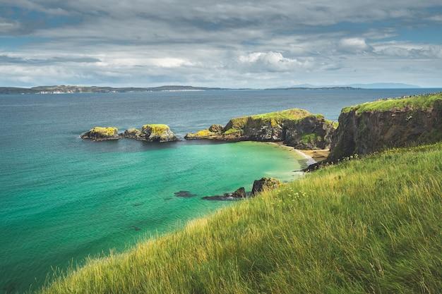 青緑色の水とアイルランドの湾。北アイルランド。
