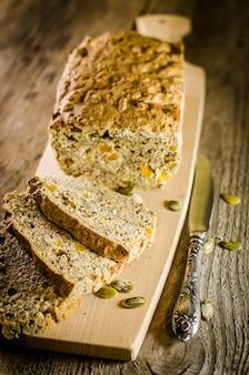 穀物とレーズンのアイルランドのパン