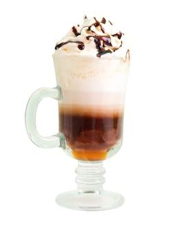 Ирландский кофе, изолированные на белом фоне. обтравочный контур