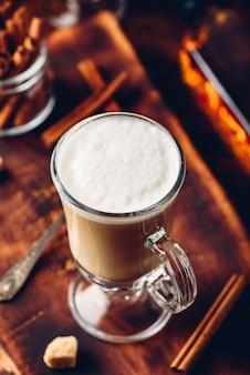 나무 표면에 계피를 넣은 아이리쉬 커피