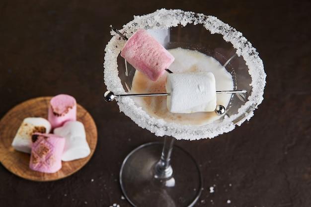 マシュマロとマティーニグラスのアイリッシュクリームリキュール