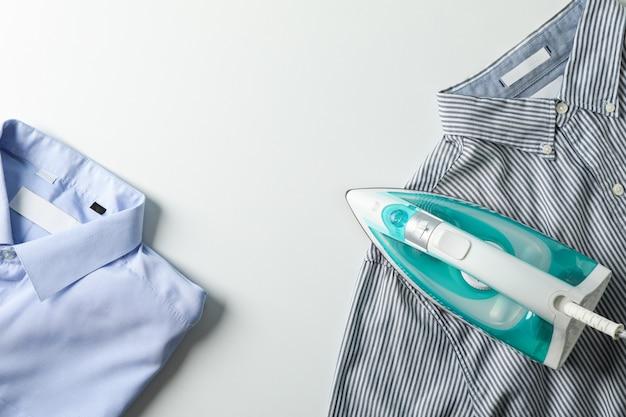 アイロンと白、トップビューのシャツ