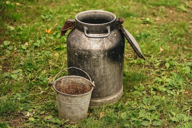 鉄缶と古いさびたバケツ