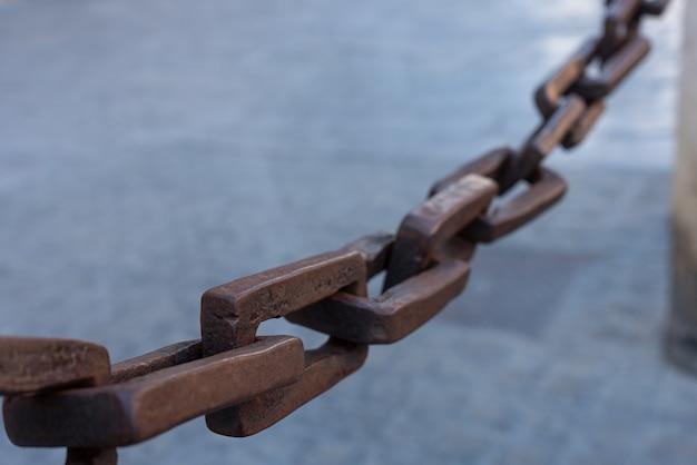 石に取り付けられた鉄の鎖-セレクティブフォーカス