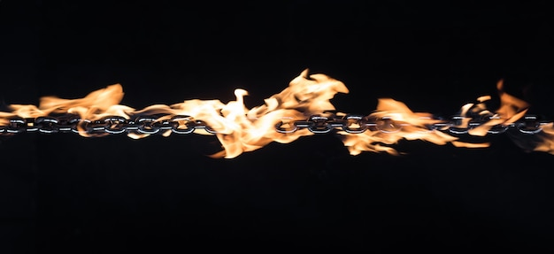 黒の背景に火の鉄の鎖