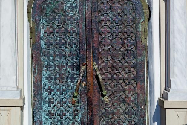 Железная дверь с крестами, старые металлические церковные двери
