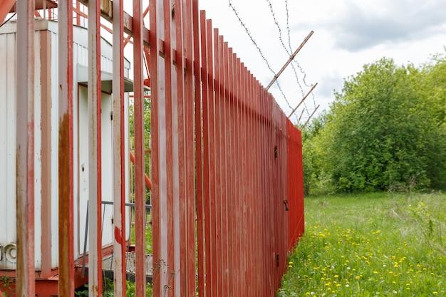 셀 타워 주변의 철제 울타리.