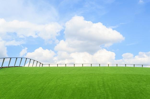 푸른 잔디에 철 울타리