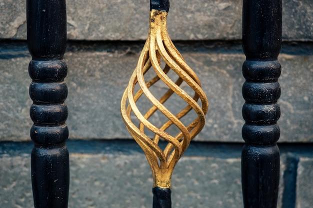 鉄の門飾り。装飾的な金属要素