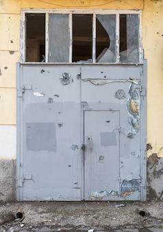총알 구멍이있는 철문 프리미엄 사진