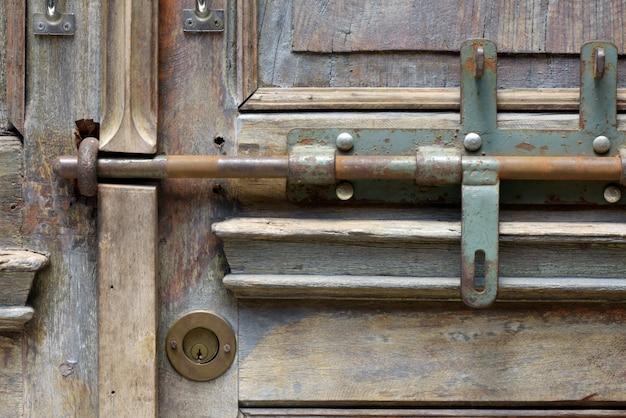 오래 된 문에 철 래치