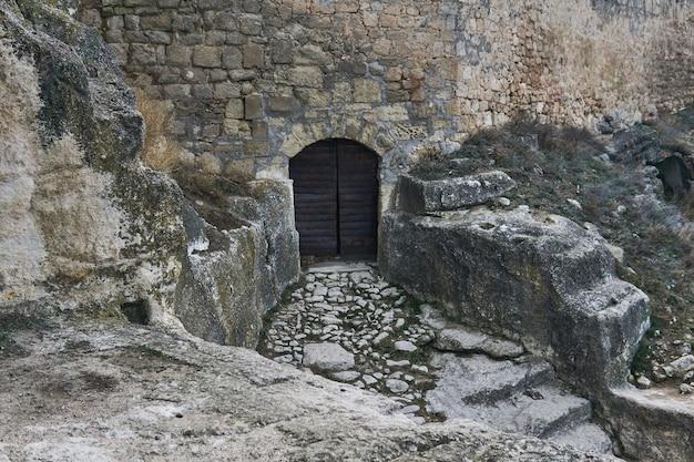 중세 동굴 도시 요새로 이어지는 철제 문