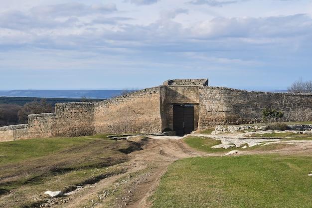 크림 반도의 중세 도시 요새인 chufut-kale로 가는 철문